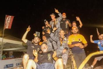 Muita comemoração da equipe HND Racing na chegada do 24º Rally dos Sertões (Sanderson Pereira/Photo-S Imagens)