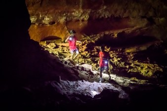 Visita a cavernas escondidas na mata foi o ponto alto da prova.Foto: Tom Papp / Mitsubishi