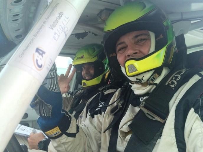 Piloto Mauro Guedes e o navegador Neurivan Calado na largada do Rally dos Amigos (Isis Moretti/Liberdade de Ideias)