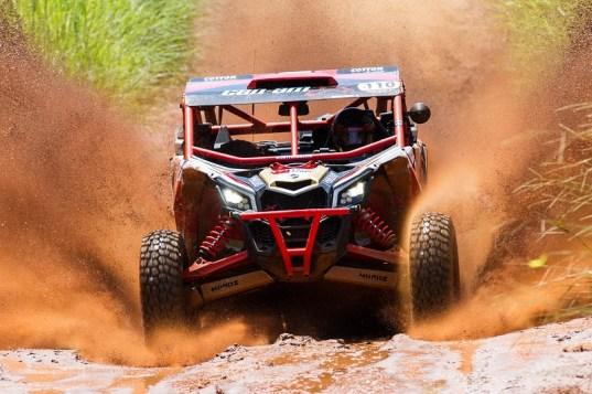 Rodrigo Varela, líder do Brasileiro de Rally Baja, a bordo do UTV Can-Am Maverick X3 X RS Crédito: Doni Castilho/DFotos