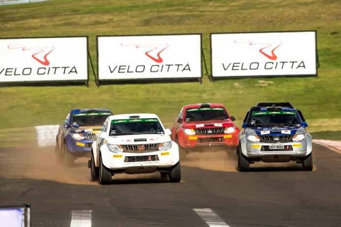 No rallycross, carros disputaram lado a lado. Foto: Ricardo Leizer/Mitsubishi