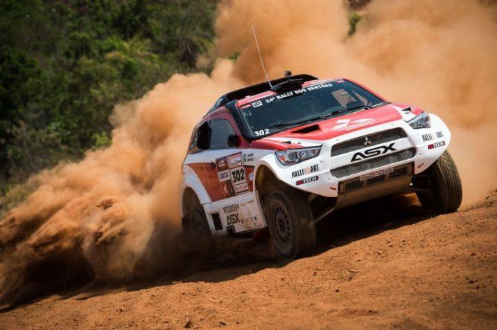 Carro Mitsubishi, de Guilherme Spinelli, durante Rally dos Sertões de 2016. Foto: Marcelo Machado/Fotop/Vipcomm