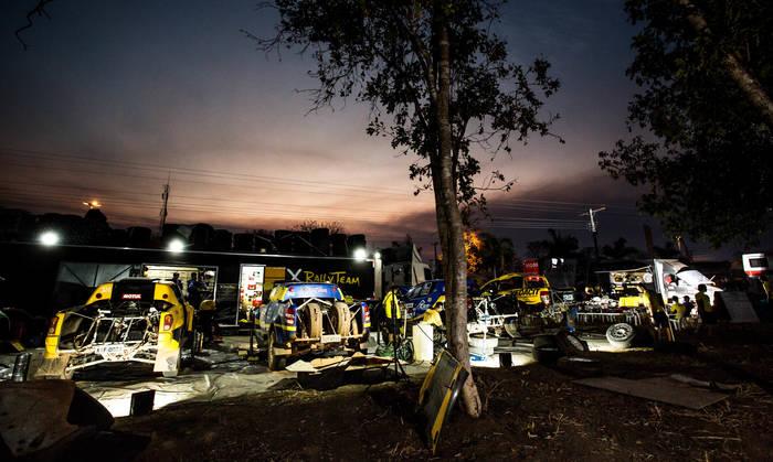 Equipe de preparação mecânica e logística X Rally Team em Aruanã (GO) (Ricardo Leizer/Fotop)