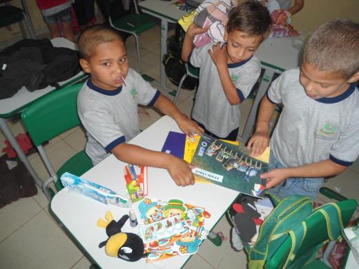 Crianças e os livros doados pelo projeto