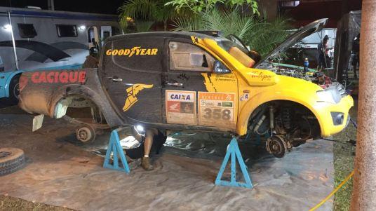 Equipes trabalham duro para colocar os carros na prova amanhã. Foto: Léo Magalhães / Tulipa Rally
