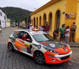 Dupla da Bianchini Rally na chegada a Antonina, no litoral paranaense (Divulgação)