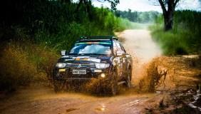 Trajeto com lama foi um dos desafios das duplas. Foto: Adriano Carrapato / Mitsubishi