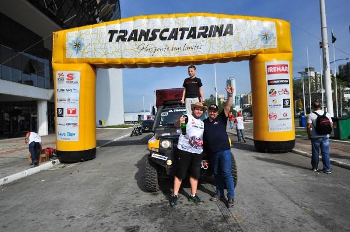 Anos de parceria: Oscar e Gustavo na chegada do Transcatarina 2017 (Duda Bairros/DFOTOS)