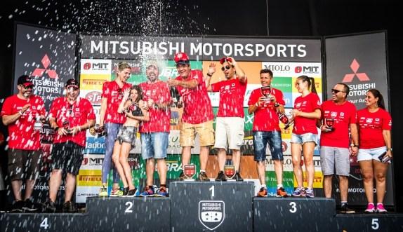 No fim de cada etapa, os melhores sobem ao pódio (Foto: Adriano Carrapato/Mitsubishi)