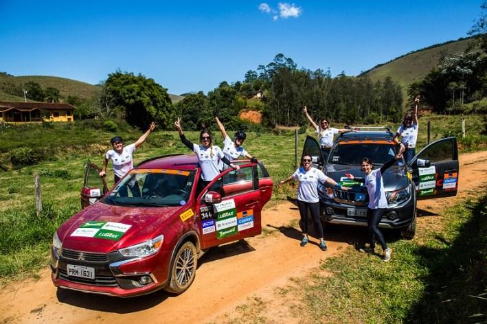 Equipes do Mit Outdoor são formadas por dois carros e até 10 pessoas (Foto: Tom Papp/Mitsubishi)