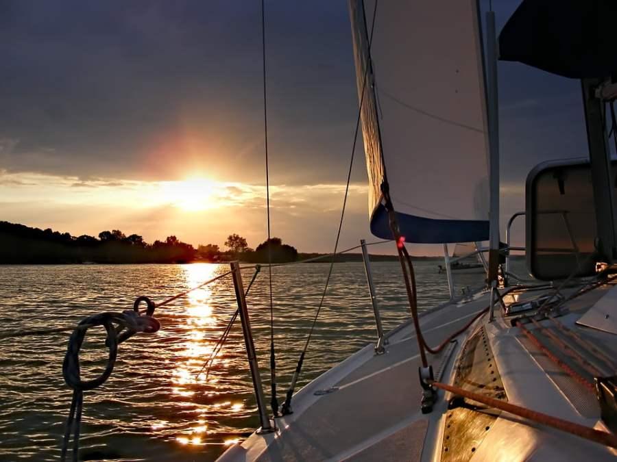 Tekne ve günbatımı