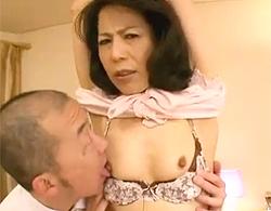 スナイパーのような眼光の五十路素人熟女を両手拘束で吊るして乳首責めからの生ハメで中出しwww