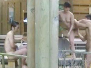 スリリングNTRですw壁一枚向こうの風呂で旦那が入浴中にも関わらずNTRしちゃう素人奥様!