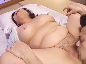 デブポチャババァな自分の母親に夜這い仕掛けて生ハメ近親相姦で巨乳にブッカケ射精www