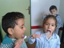 Nos lavamos los dientes
