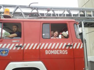 En el camión de bomberos