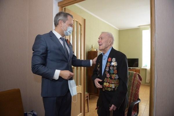 102-летнего тюменского ветерана поздравили с Днем Победы