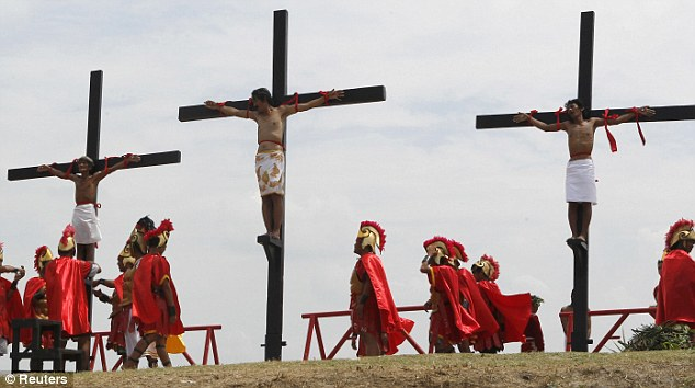 SCARY!!! CHRISTIANS IN PHILIPPINE NAIL THEMSELVES ON THE CROSS