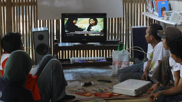 Suasana menonton video Jalan Remaja - Made In Indonesia