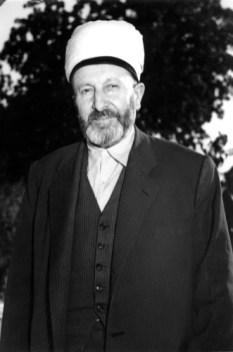Ebu'l-Fâruk Süleyman Hilmi Tunahan (K.S.) (SİLİSTREVÎ) Hazretleri'nin ayakta çekilmiş bir fotoğrafı