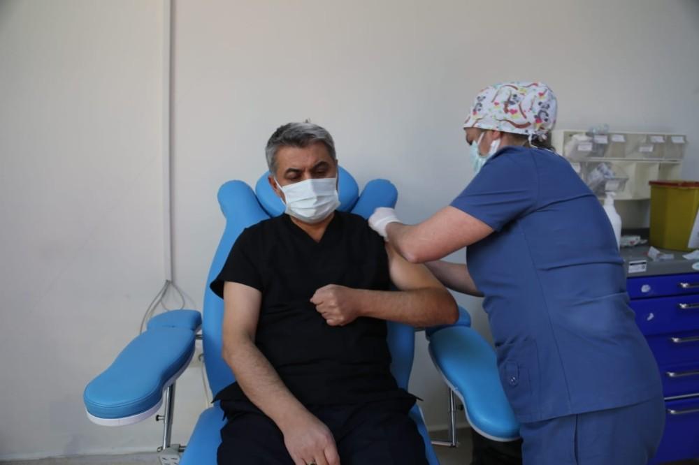 """Aşı olan Vali Özkan: """"Sırası gelen tüm vatandaşlarımızın aşı olmalarını tavsiye ediyorum"""""""