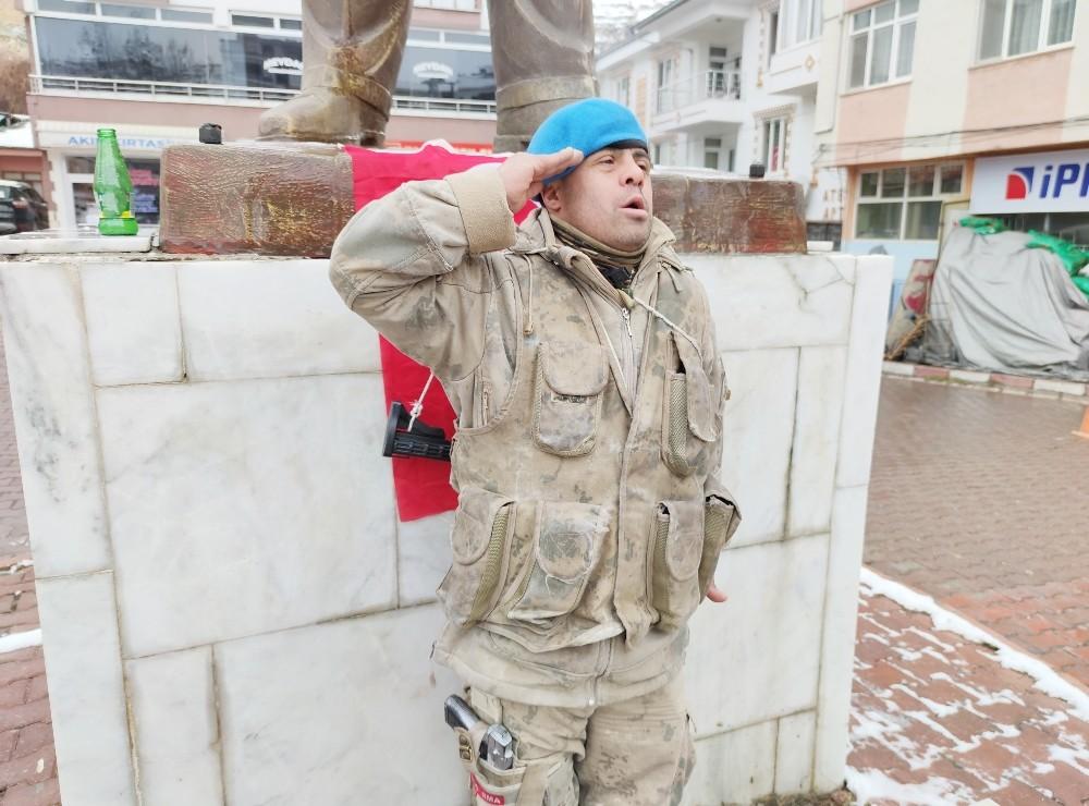 Down'lu Kemal'in vatan ve bayrak sevgisi, komando kıyafeti ile geziyor