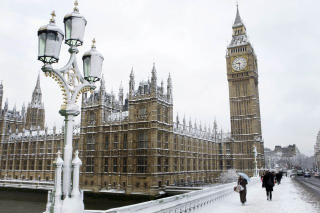 eavy snowfall in much of Britain caused widespread travel problems throughout the country Monday morning, causing hundreds of flight cancellations and rush hour chaos in London