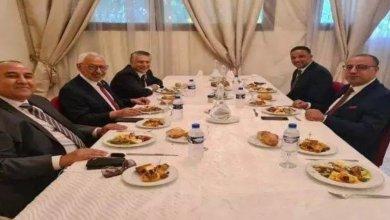 Photo of حضوره أثار عديد التساؤلات: هذه هوية الشخص الخامس الذي حضر مائدة غداء المشيشي