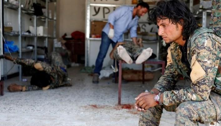 جنود من قسد بعد إصاباتهم في الرقة