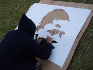 Mediante la técnica del silueteado o calado, se procede a cortar las partes rellenadas para luego rociar los espacios vacíos con pintura sobre la pared.