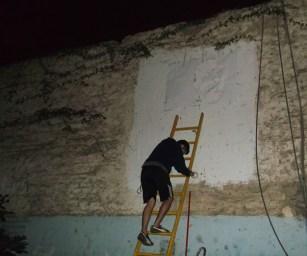 Una vez colocado sobre la pared, el stencil es rociado con spray para imprimir la imagen sobre la pared.