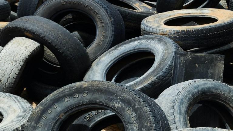 image d'un tas de pneus usagé pour illustrer l'actualité de la mairie de Tupin et Semons sur le site tupinetsemons.fr