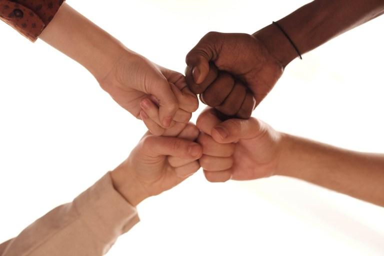 Image de 4 personnes regroupant leur point en signe d'association pour illustrer la page de la vie associative de la commune de Tupin et Semons sur le site internet de la mairie www.tupinetsemons.fr