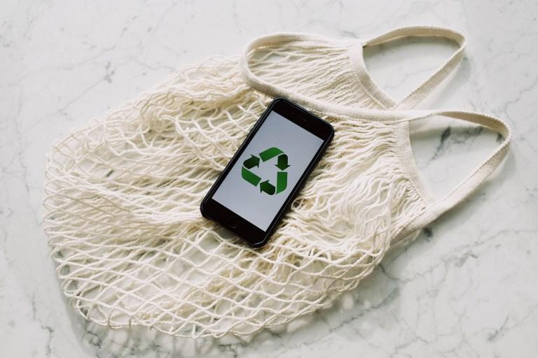 Image générique d'un sac en jute avec un téléphone montrant le logo dy recyclage pour illsutrer l'article sur le commerce bio mobile du site internet www.tupinetsemmons.fr