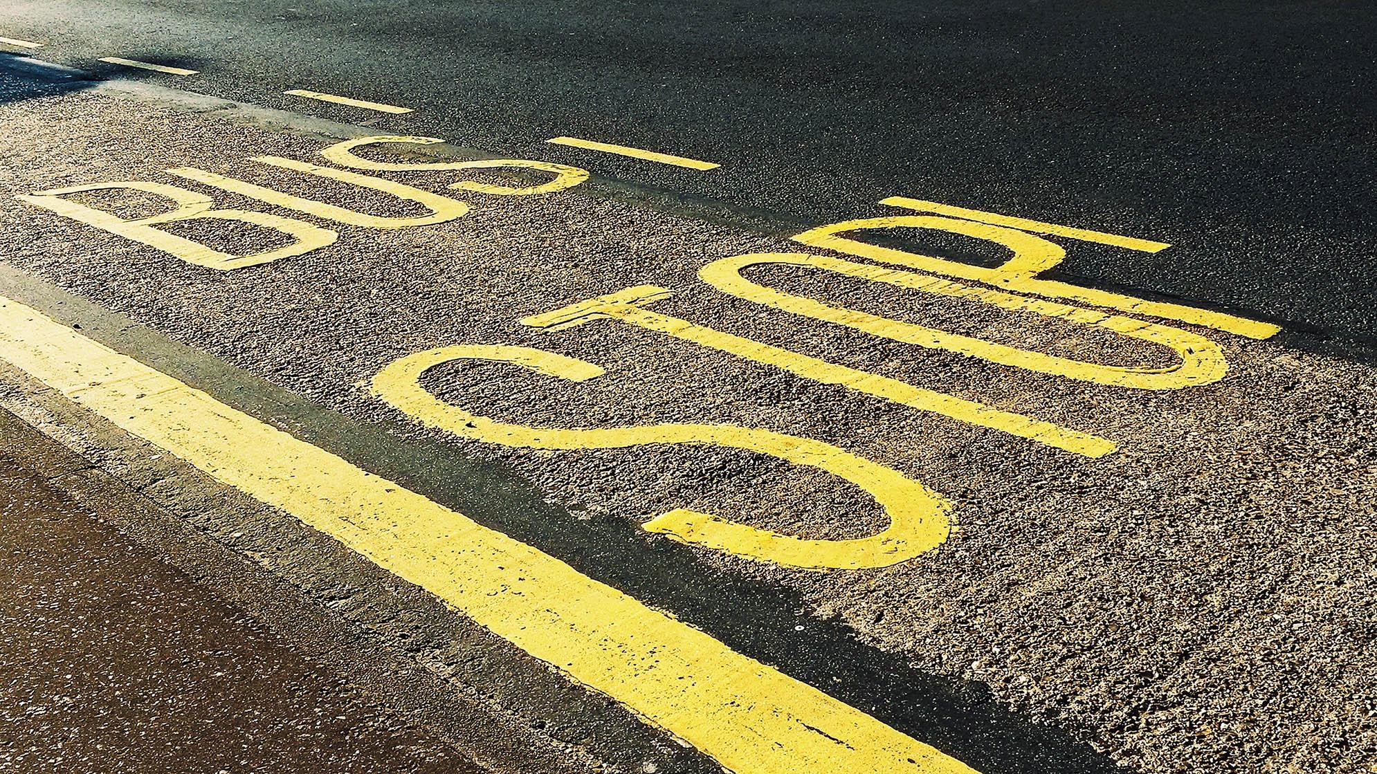Photo du marquage d'un arrêt de bus sur la route