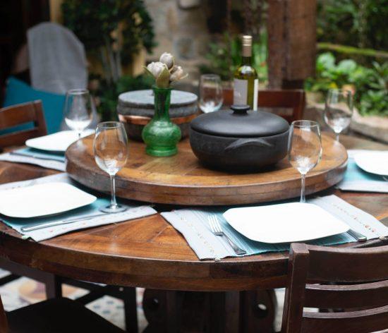 Image d'une table de restaurant pour illustrer la page de l'hébergement et restauration dans les rubriques découvrir et patrimoine communal du site internet de la mairie de Tupin et Semons www.tupinetsemons.fr