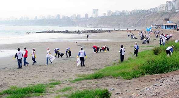 Muchos colaborando no solo el Día Mundial de las Playas sino cada día. Foto cortesía Tal Cual Digital