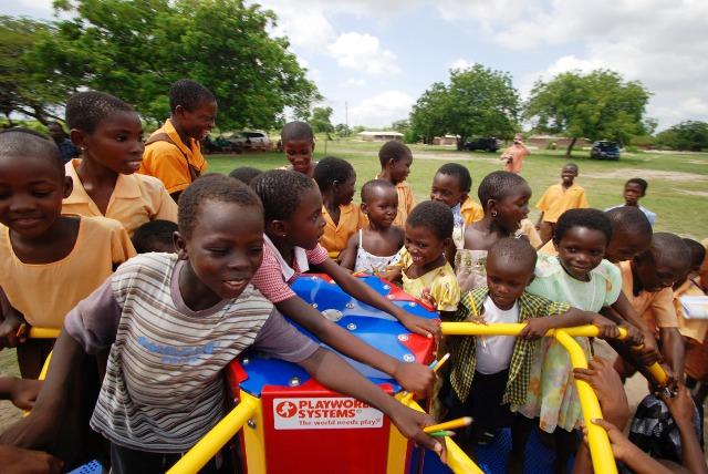 La energía de los niños mueve la rueda y rpoduce electricidad. Foto Empowered Playgrounds Inc. (EPI),