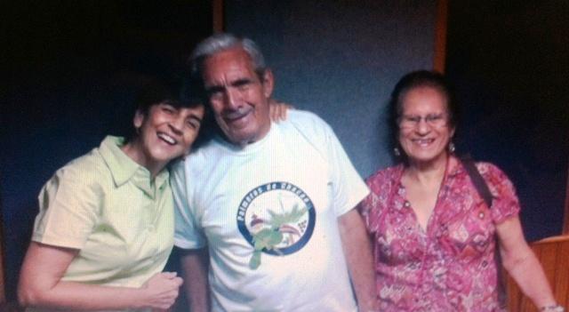 Marisela Valero con Ramón y Antonia Delgado, sus amigos palmeros de Chacao