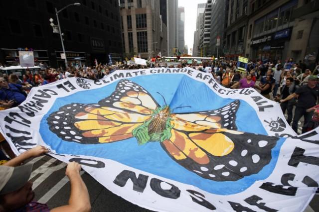 Miles de manifestantes disfrazados y con pancartas y tambores colmaron el domingo las calles de Manhattan y de otras ciudades del mundo para exigir a las autoridades de sus países la adopción de medidas contra el cambio climático. (Foto AP/Jason DeCrow)