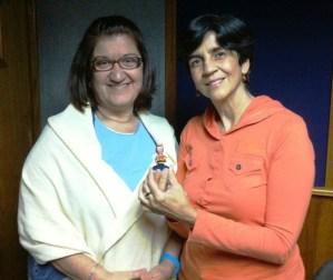 Laura Villalobos con Marisela sosteniendo a Malewie, la mascota del Proyecto Mosca. Foto Hector Luna