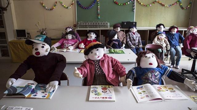 La artista ha diseminado más de 160 muñecos para compensar el descenso en picada –de 360 a sólo 30- de la población que ella conoció en su infancia
