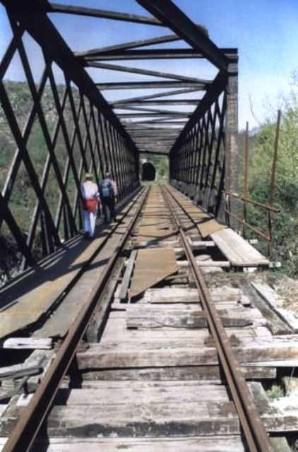 Las vías ferroviarias olvidadas se recorren como un modo de rescatar la memoria