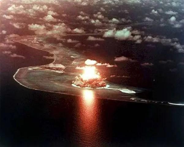 Explosión nuclear nocturna en el Atolon Bikini. Foto: Los niños juegan desprevenidos sobre la isla de la muerte. Foto: http://www.panoramio.com/user/679695