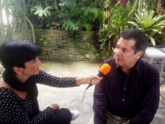 El Dr. Juan Carlos Sánchez conversa con Marisela Valero. Foto Katty Yovanovich