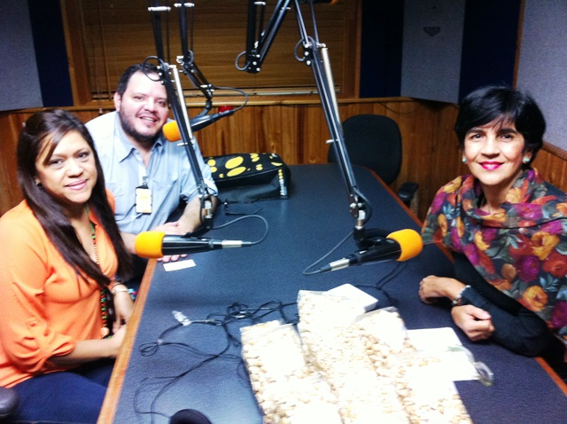 Miriam Romero y Enzo Benza de Avila Verde con Marisela Valero en el estudio. Foto Fernando Camach