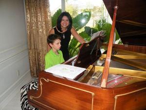 Karine como profesora de piano.