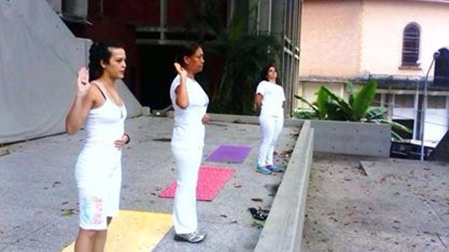 La instructora Semiramis Placeres dirige la clase al aire libre