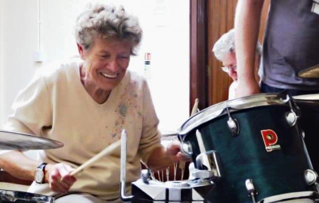 La música activa el cerebro y ayuda a las personas mayores