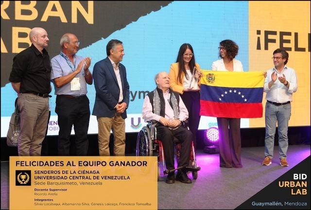 El equipo venezolano recibiendo el premio del Concurso BID UrbanLab en Argentina